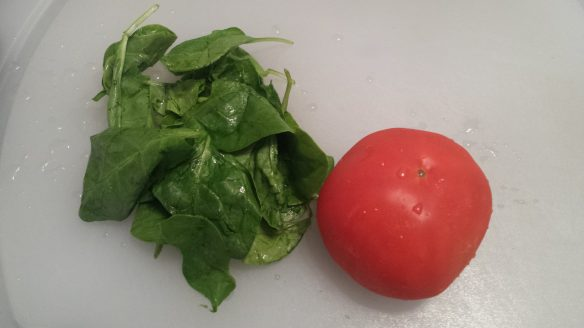 Wash the tomato and spinach leaves. Cut the tomato into small pieces.